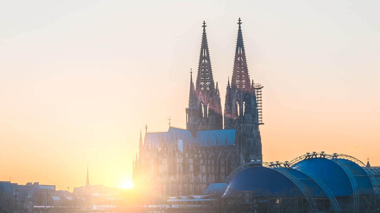 Der Kölner Dom bei Sonnenuntergang (c) Photo by Glenn Carstens-Peters on Unsplash
